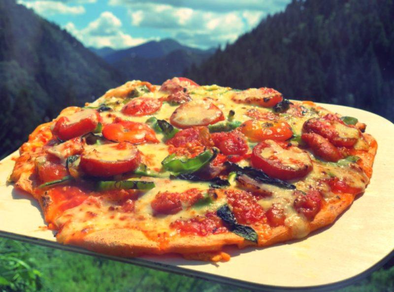 野外調理のトマトピザ今日は特別ランチ